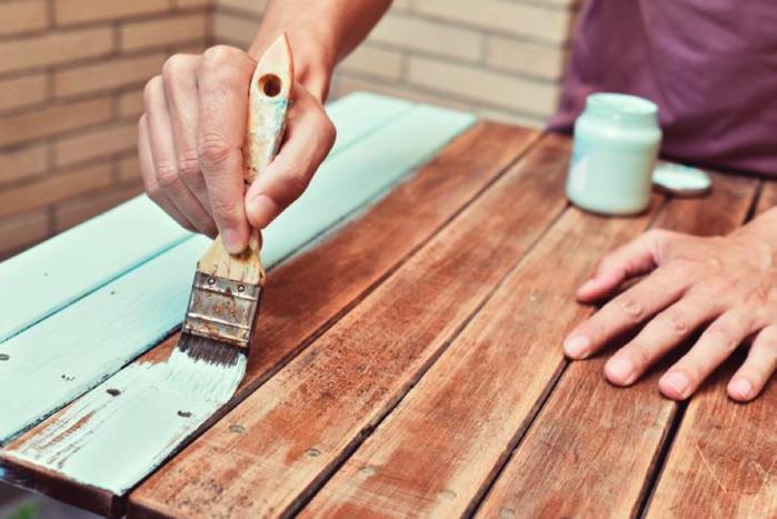テーブルにペンキを塗る様子