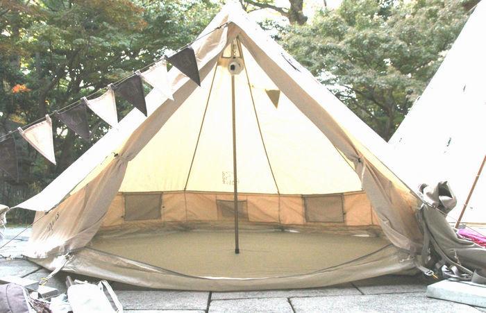 ブラウンを使用して張られたテント