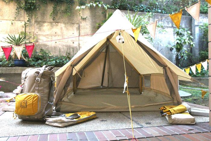 イエローを使用して張られたテント