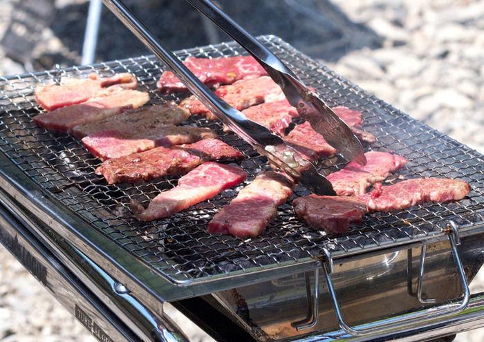 並べられた肉を焼く様子