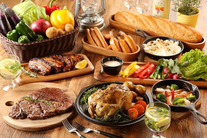 スペアリブやローストチキン、色とりどりの野菜の豪華な料理