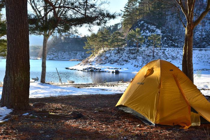 雪の残るキャンプ場に張られたテント