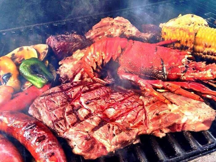 分厚い肉、伊勢エビ、ソーセージ、野菜のバーベキュー