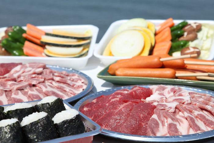 おにぎり、肉や野菜のバーベキュー用食材