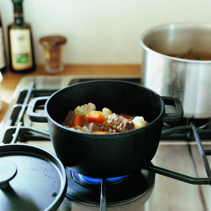 無印良品のダッチオーブンで調理する様子