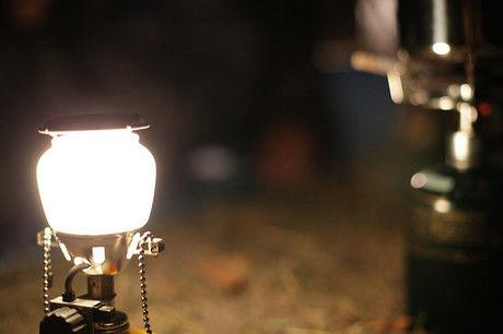 ランタンに明かりが灯る様子