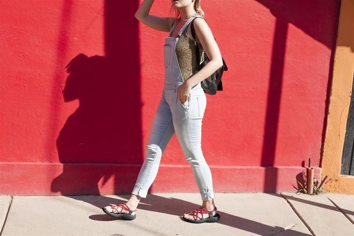ハリケーンインフィニティを履いて歩く女性