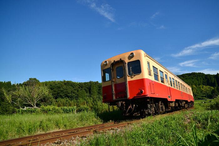 青空の下を走る小湊鐵道
