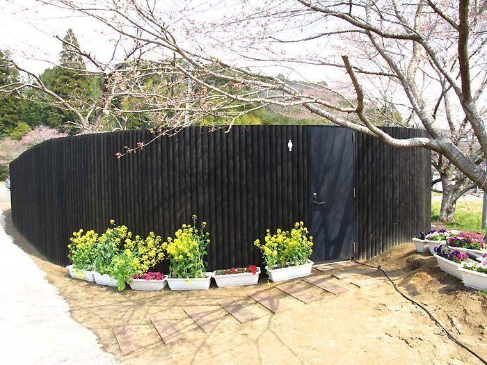 飯給駅前のトイレの壁