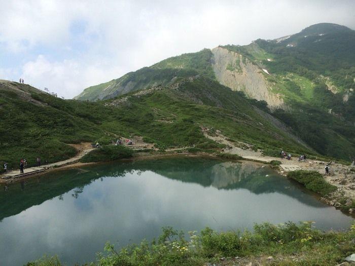 霧が晴れ大きな池が広がる風景