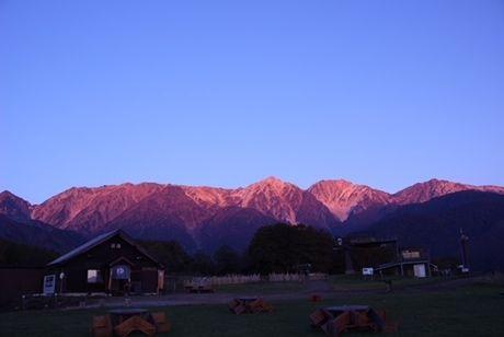 朝日に赤く染まる山々