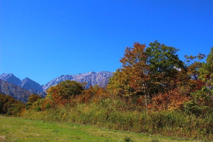 秋晴れの美しい紅葉と山々