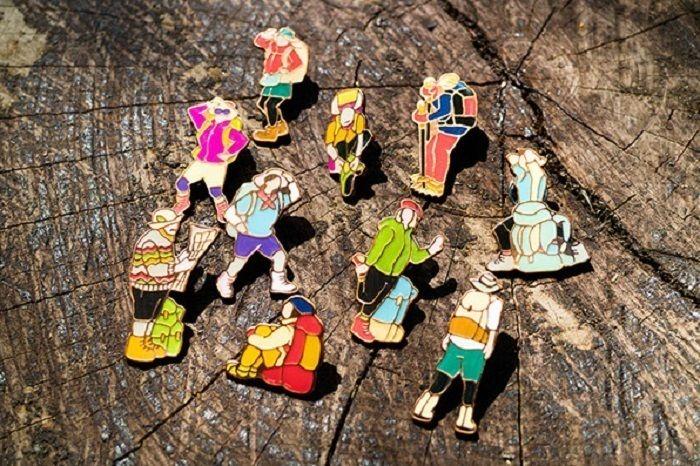 様々なYamasankaの登山者ピンズ