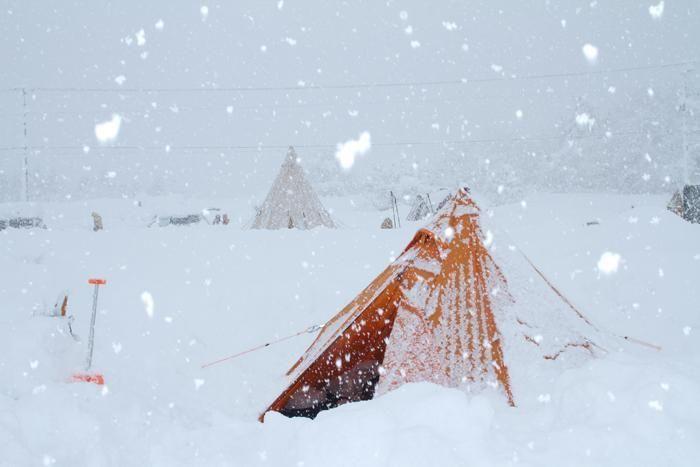 大雪に半分埋もれたテント