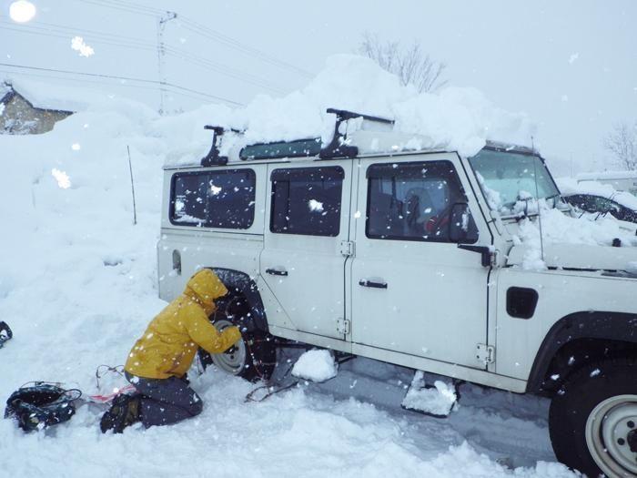 雪の降る中のタイヤ交換