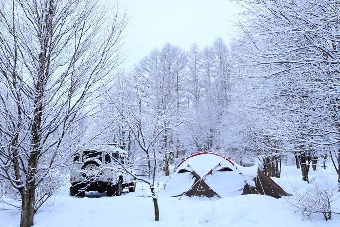 雪の中に張られたテント