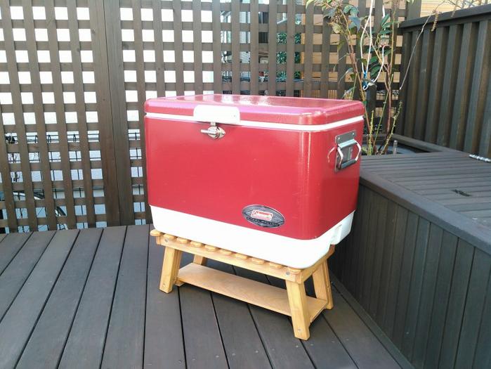 木製のクーラー台に載せられたクーラー