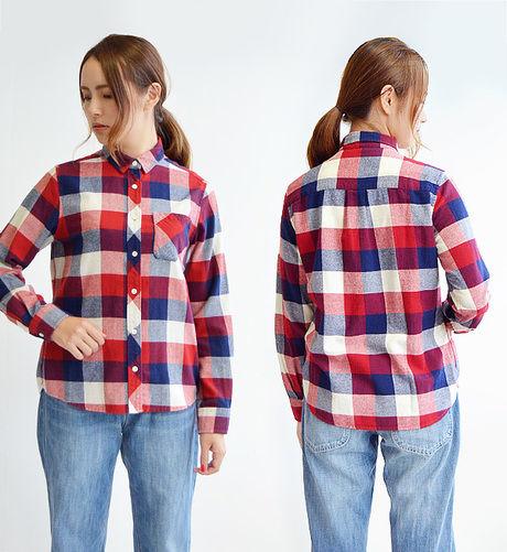 チェックシャツコーデの女性