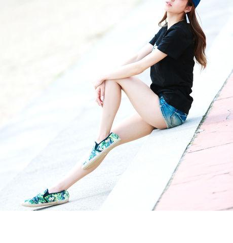 夏らしい柄の靴とホットパンツでアクティブなコーディネートの女性