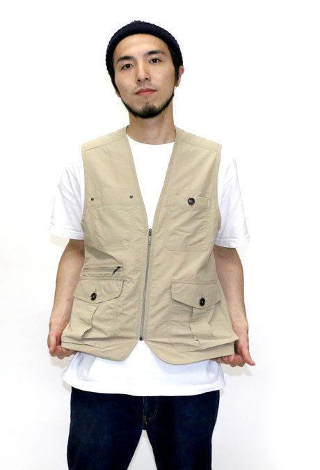 半袖Tシャツにベストを羽織った男性