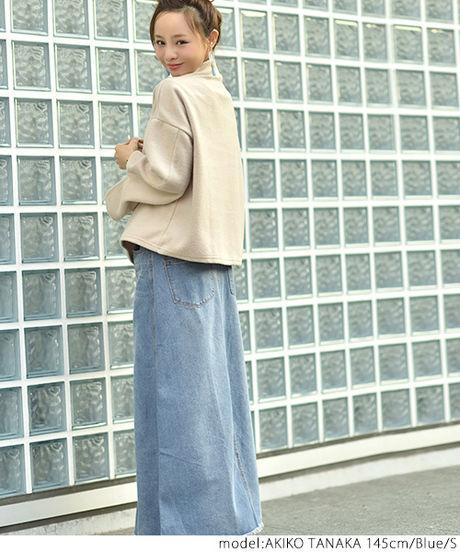 ロングデニムスカートをはいた女性