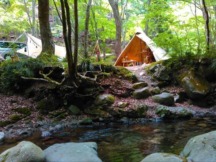 せせらぎの近くに張られたテント