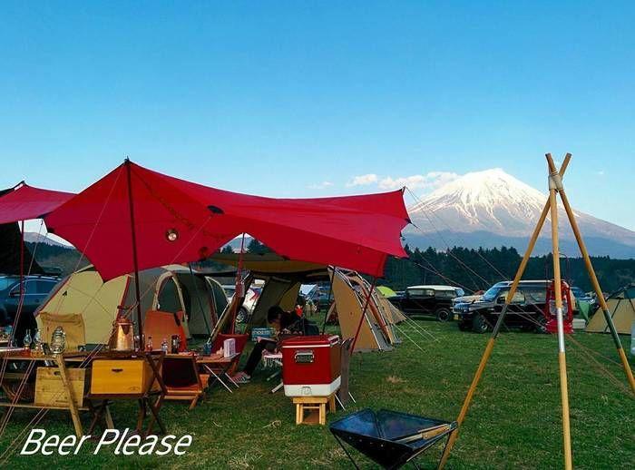 青空と富士山に映える赤いタープ