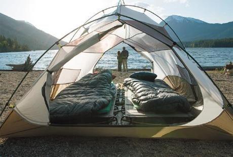 テント内の二つのコットとシュラフ