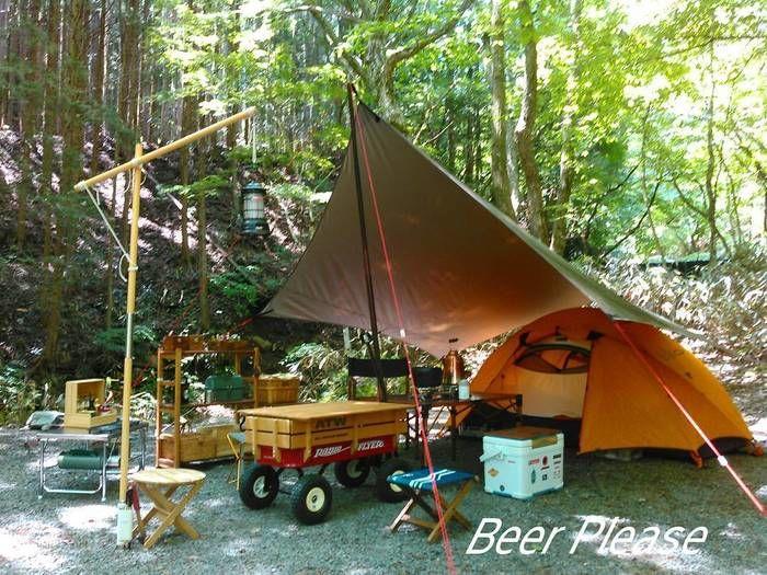 アースカラーのテントとタープ