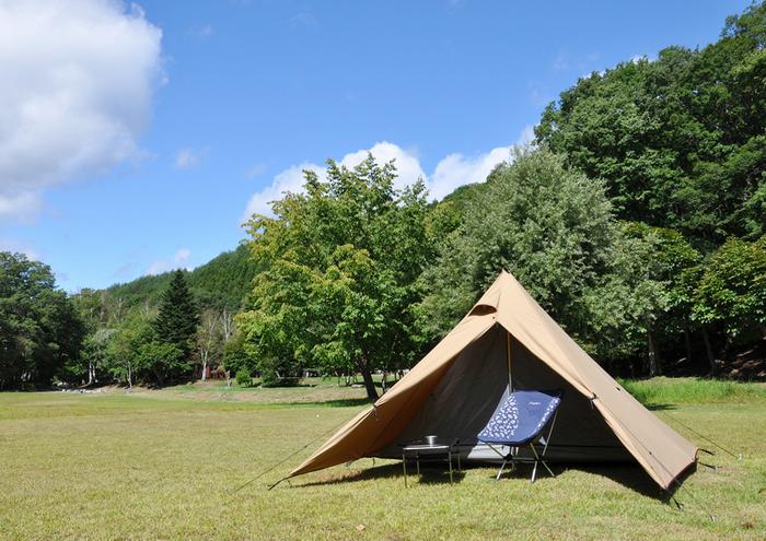 芝生に張られたサンドカラーのテント