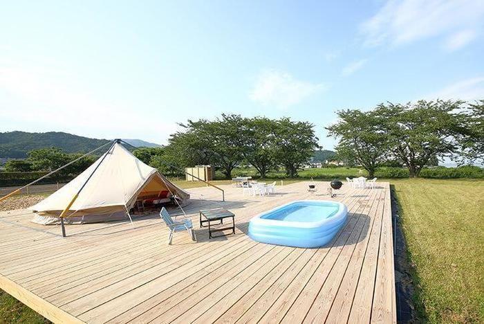 プライベートキャンプ場 R&D 小松浜 広々としたウッドデッキに張られたテント
