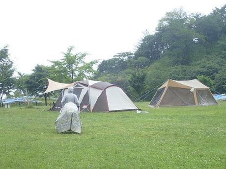 土砂降りの中のテント
