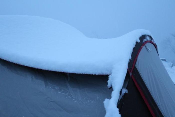 テントの屋根に積もる雪