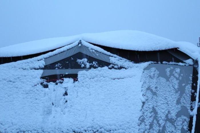 テント側面にも積もる雪