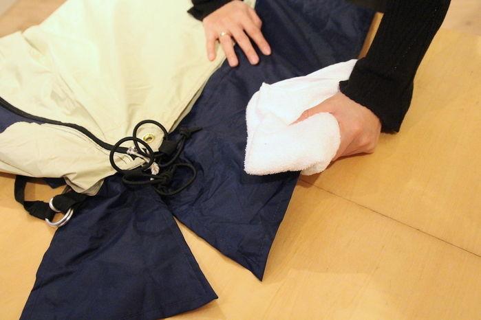 スカートを拭く