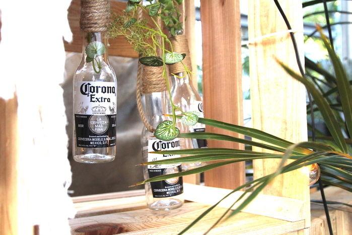 吊り下げられたコロナビールの空き瓶