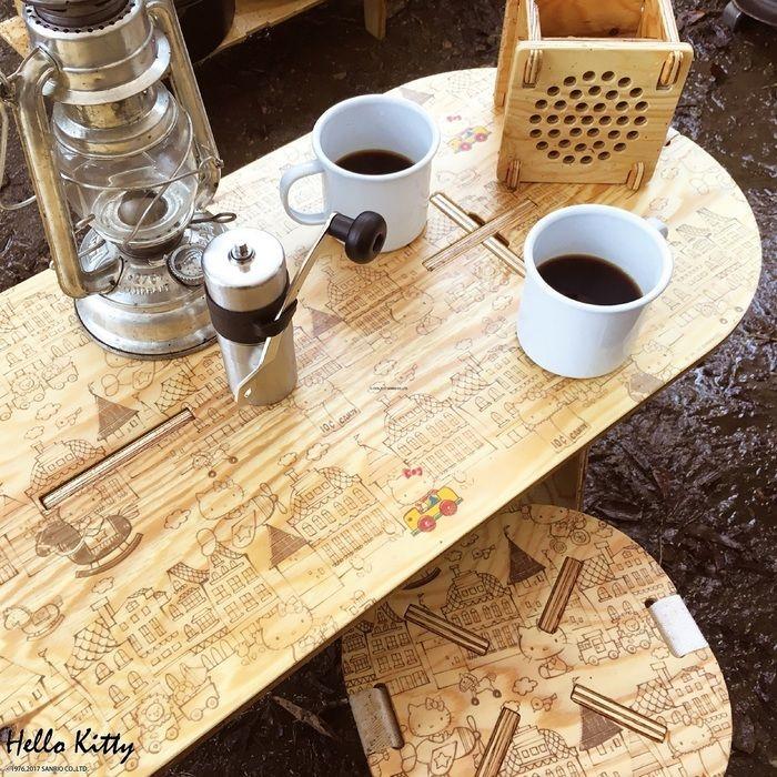 ハローキティがプリントされたテーブルと椅子