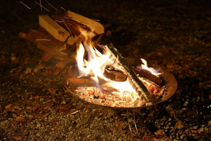 夜 焚き火台からの炎