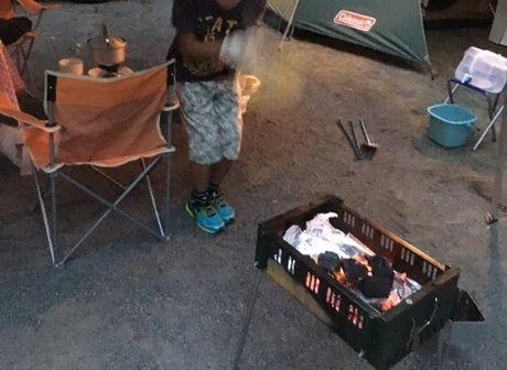 炭で火を起こしてバーベキューの準備
