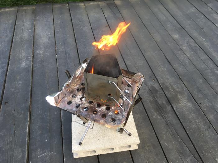 火おこし器を使って炭を燃やす