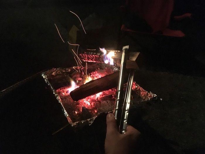 焚き火に火をくべる様子