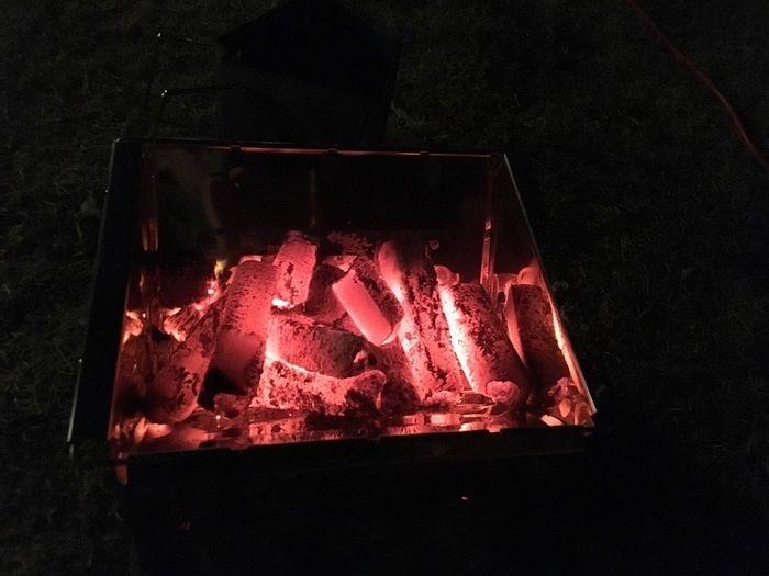 赤々と燃える炭