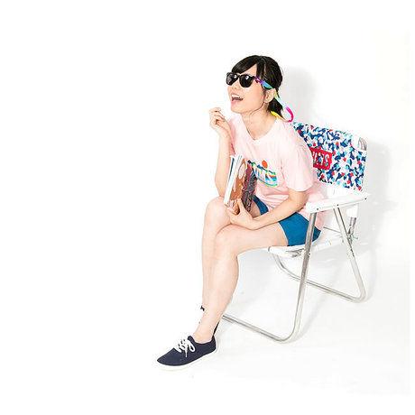 ロゴTシャツコーデをしている女性
