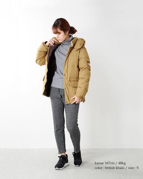 ダウンジャケットコーデをしている女性