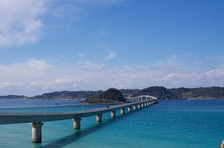 青い海にかかる角島大橋