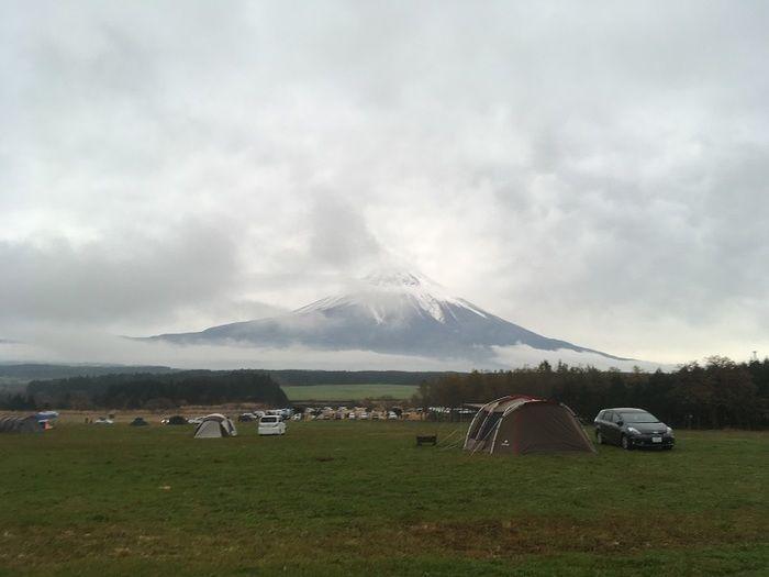 雲の隠れそうな富士山とキャンプ場