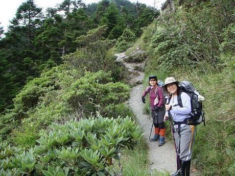 ハイキングをするふたりの女性