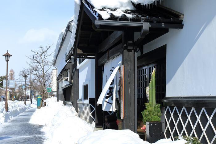 雪かきされた商店の入口