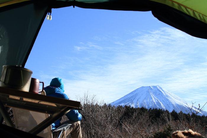 テントの中からあおぐ富士山
