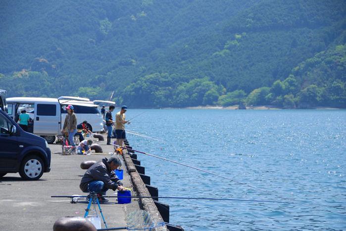 海釣りをする人々
